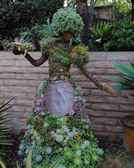 decoración_extraña_en jardin